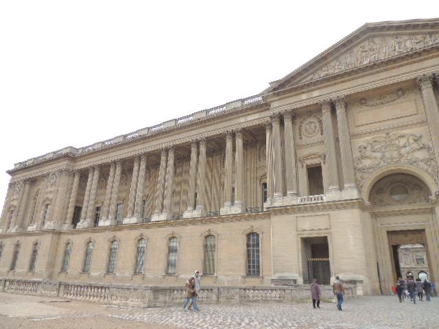 Le Louvre à travers siècles.