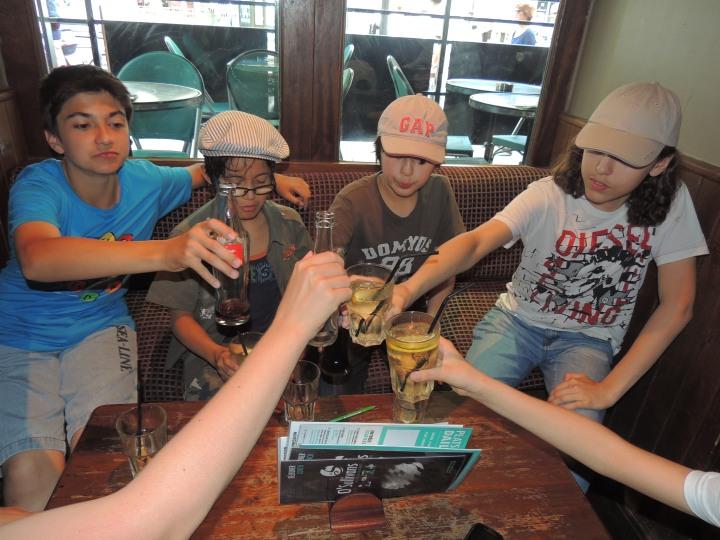 Ugo 14 ans. Premier pub avec les copains.