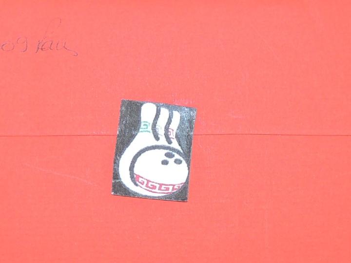 Annive Jules 7 ans .On prend le soin de choisir une enveloppe assortie. On y colle en guise de sceau...des quilles.