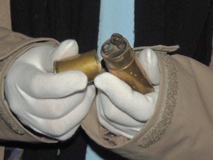 Ugo a dans les mains un briquet fabriquer par un soldat dans les tranchées.