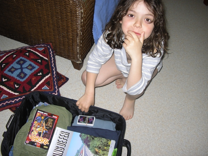 Ugo fait sa valise.