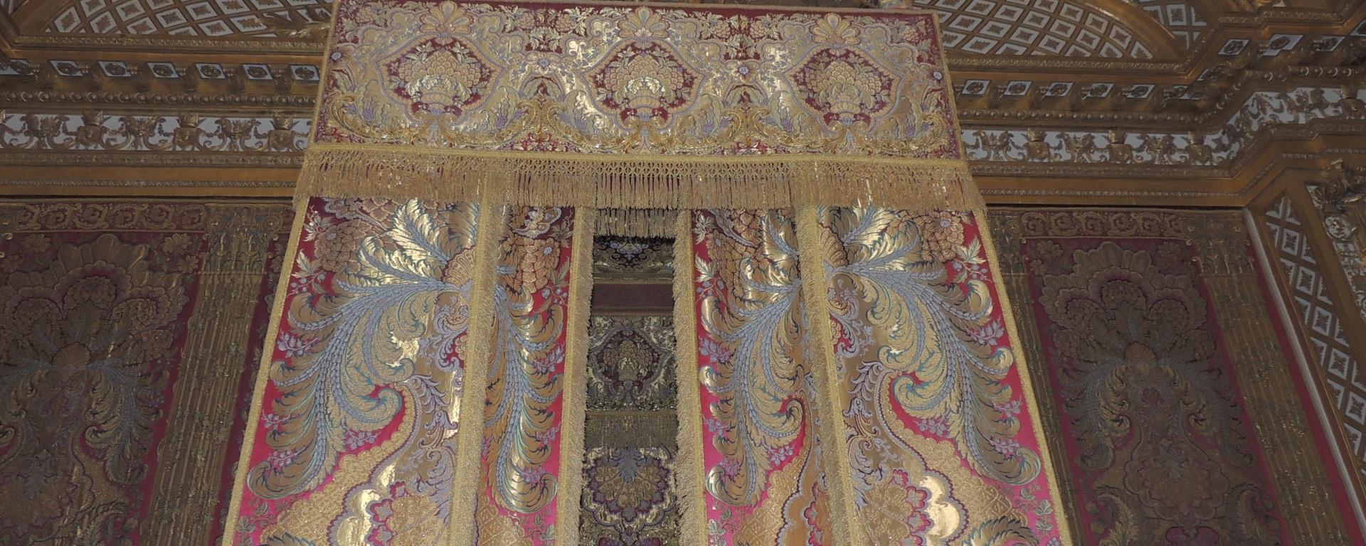 Versailles, la chambre du roi. – Tu PARIS combien ?