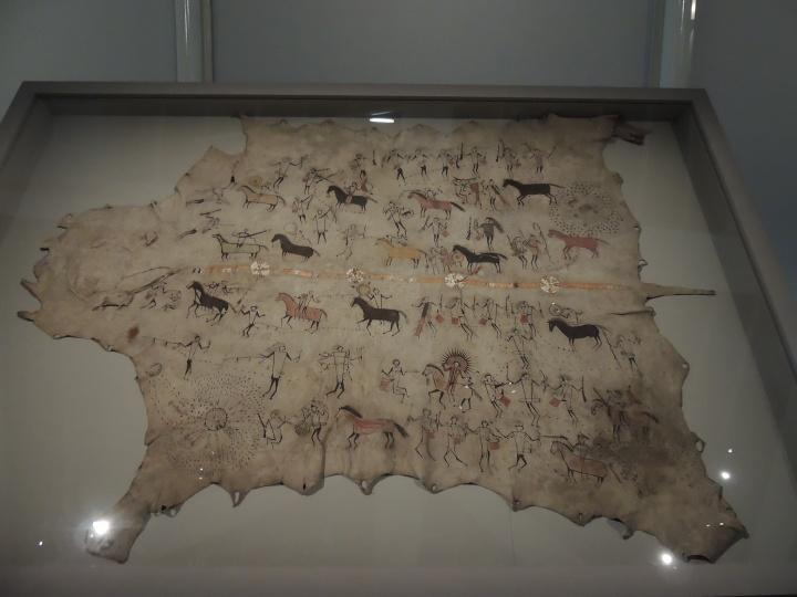Cape d'apparat en peau peinte. Population Sioux début du 19ème.