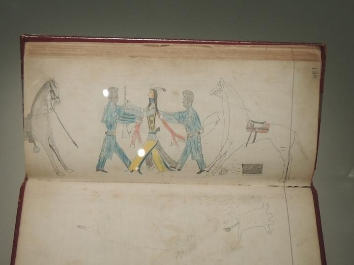 """Un guerrier Cheyenne résiste à deux"""" soldats-bison"""" vers 1874/1881"""