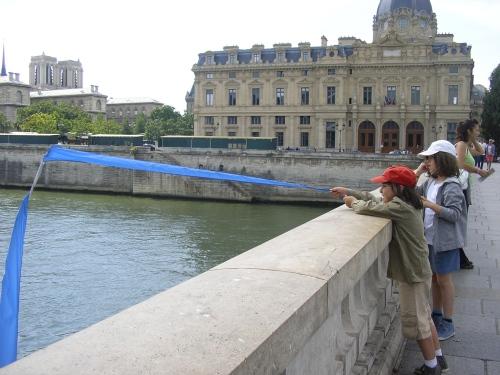 Sales gosses allez vous laisser ces drapeaux? Mais où sont les parents ?