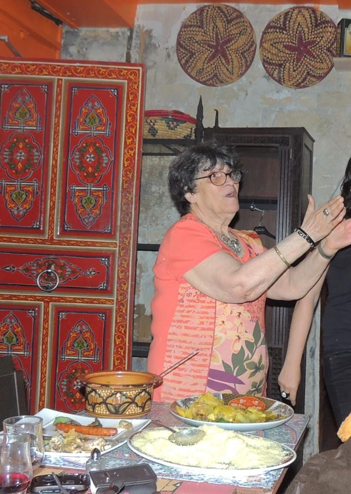 Tu m'crois pas ? Choufe un peu ma grand-mère 82 ans comme elle s'éclate.