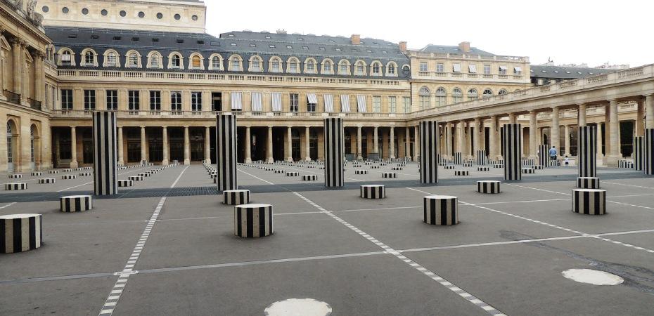 Les colonnes de buren au jardin du palais royal tu for Au jardin du port le palais