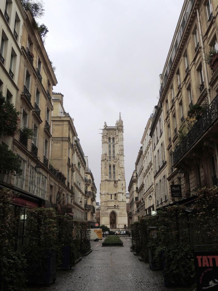 Tour St Jacques depuis la rue des Lombards
